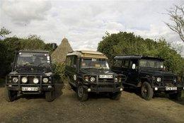 Sandai: Land Rover, Land Cruiser auf der Farm