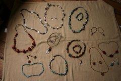 selbstgemachte Halsketten und Ohrringe